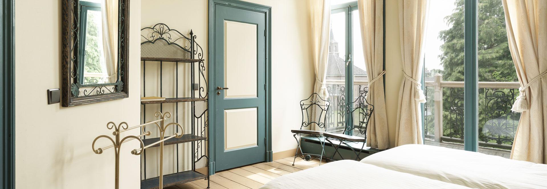 Slaapkamers en badkamers en suite in luxe vakantievilla for Aparte wastafels